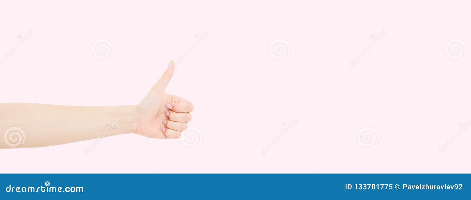 Donna con il bello manicure sulle unghie che tengono mano nel gesto della somiglianza che dà pollice su Fine sull immagine orizzo