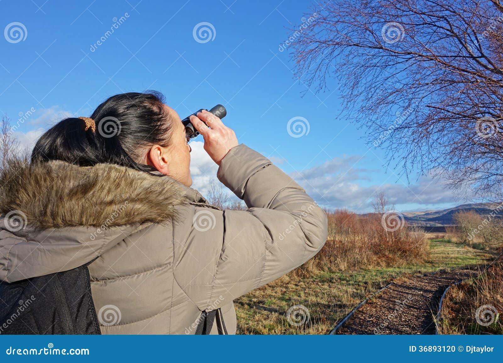 Download Donna con il binocolo fotografia stock. Immagine di hiking - 36893120