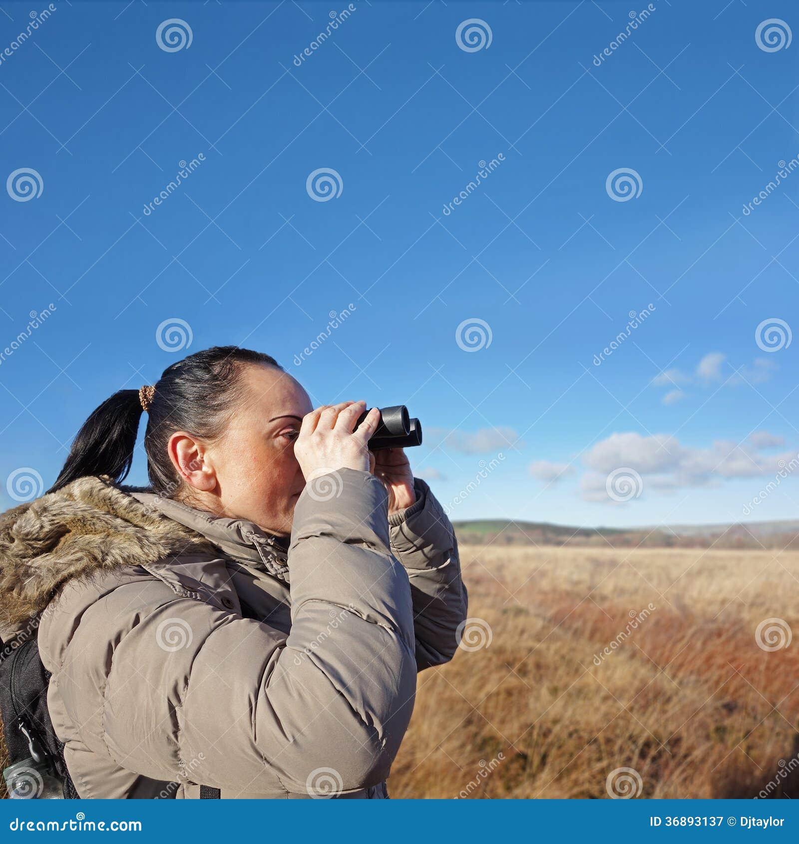 Download Donna Con Il Birdwatching Del Binocolo Immagine Stock - Immagine di binoculare, hobby: 36893137