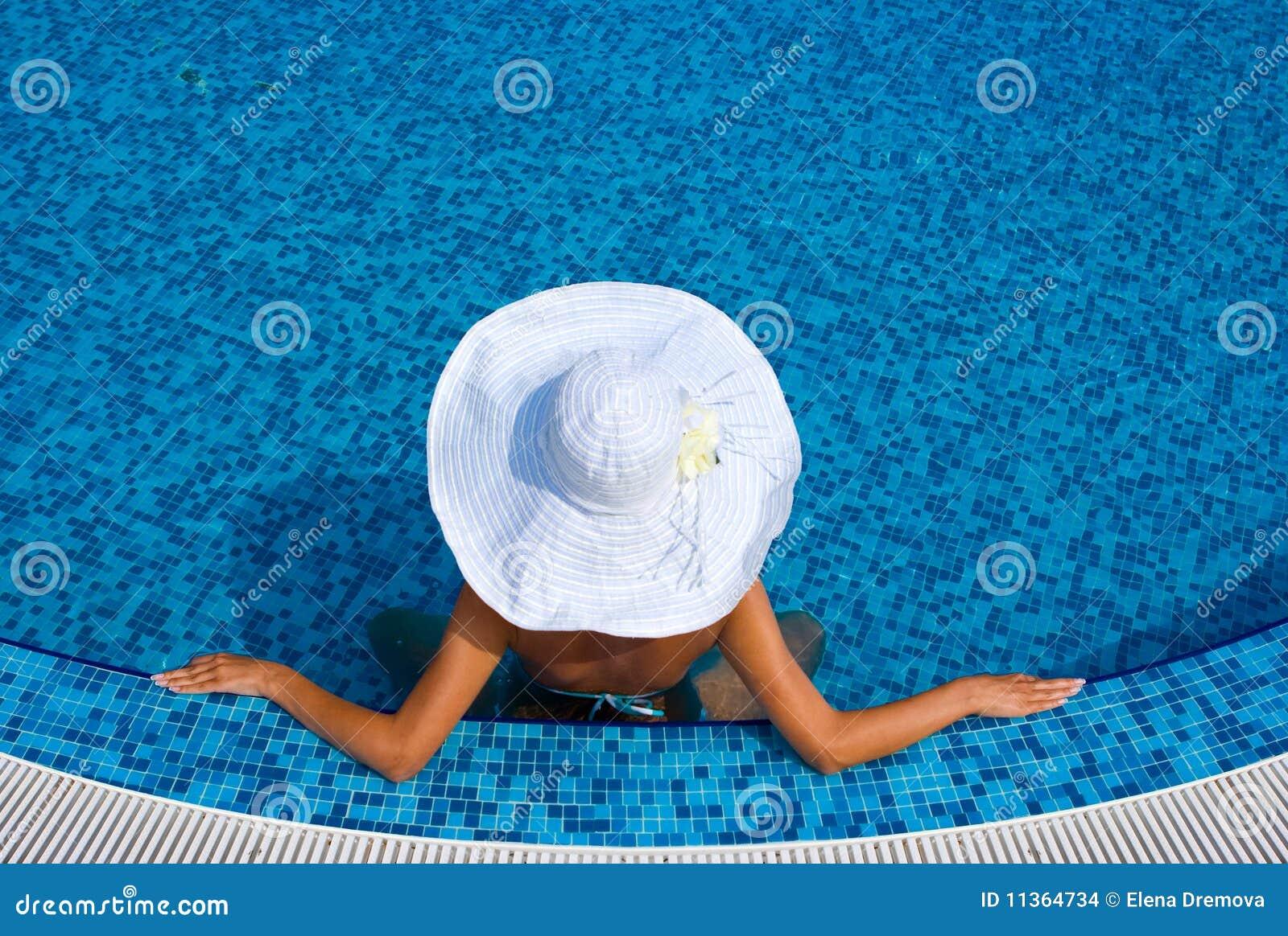 Donna Con Il Cappello Bianco Nella Piscina Immagini Stock - Immagine: 11364734