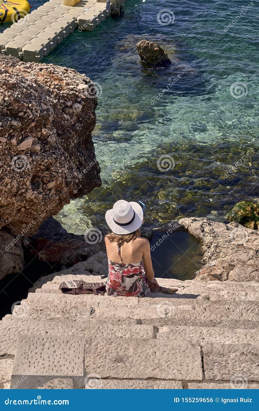 Donna Con Il Cappello Che Guarda Il Mare Fotografia Stock ...
