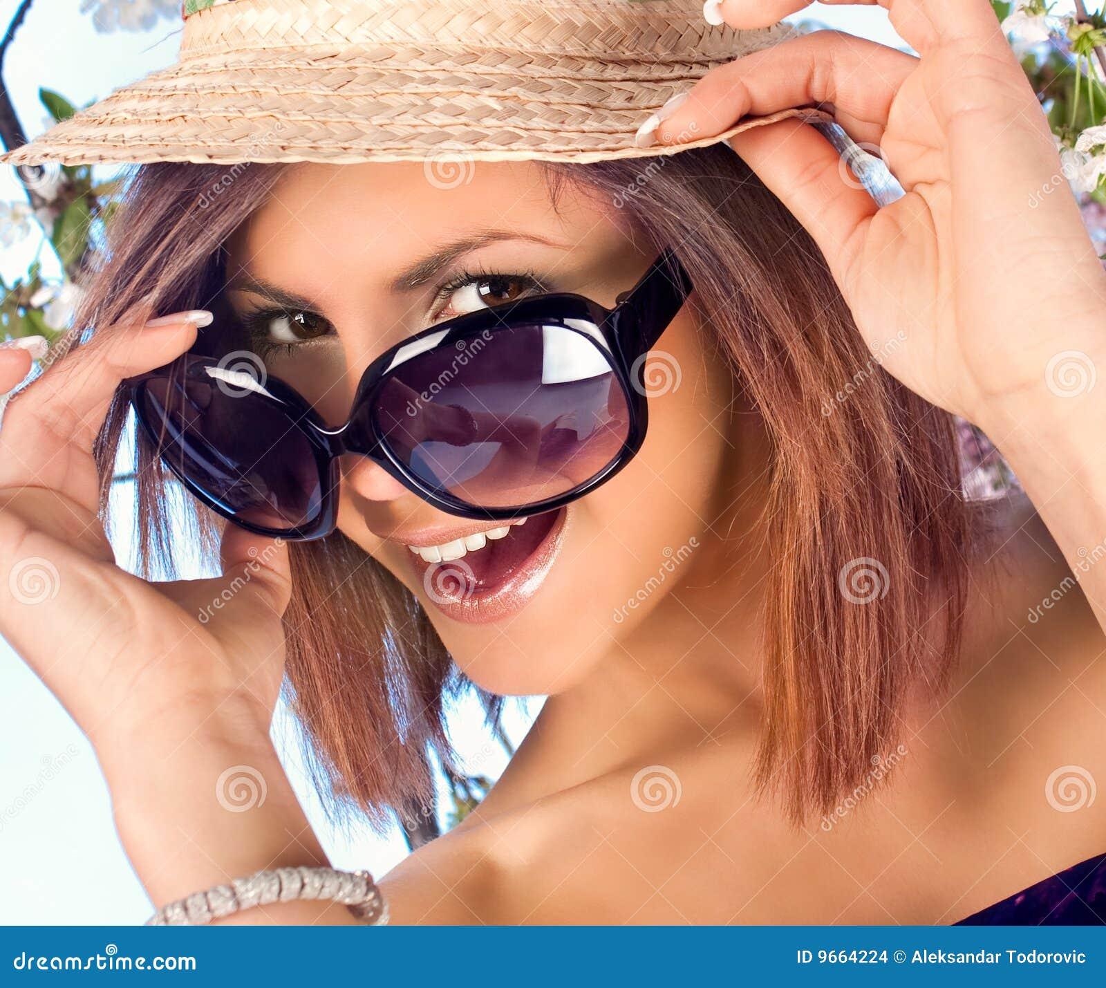 Donna Con Il Cappello E Gli Occhiali Da Sole Nell'ora ...