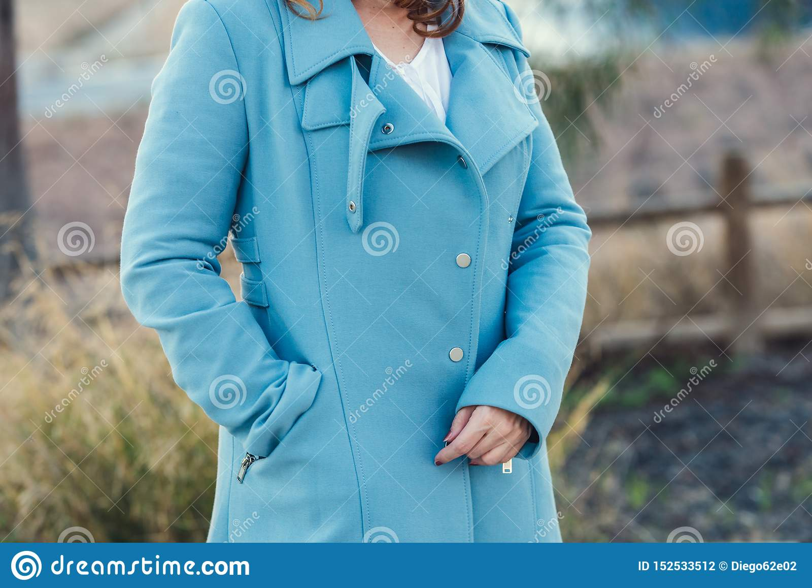 Donna con il cappotto nero