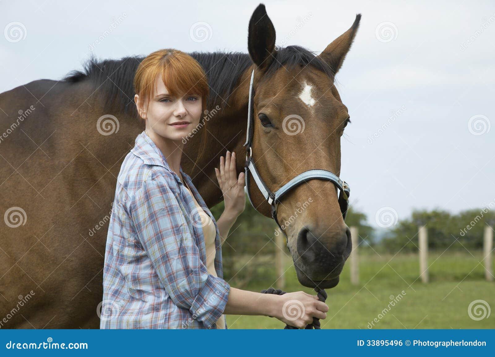 Donna Con Il Cavallo Nel Campo Fotografia Stock - Immagine ...
