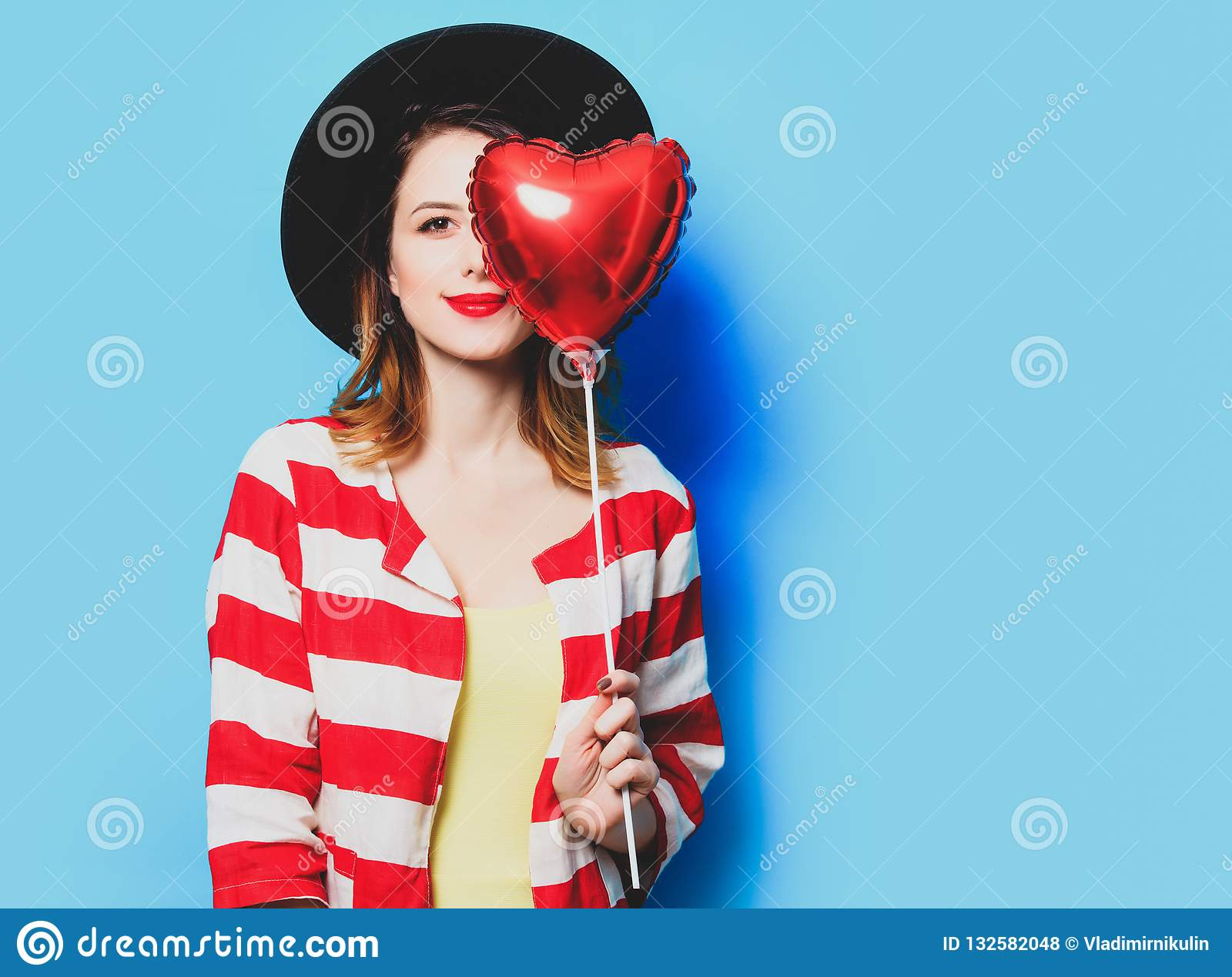 Donna con il giocattolo di forma del cuore