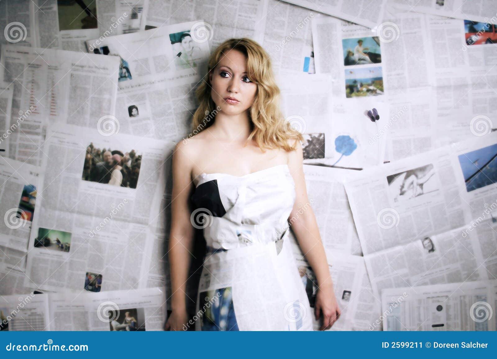 Donna con il giornale