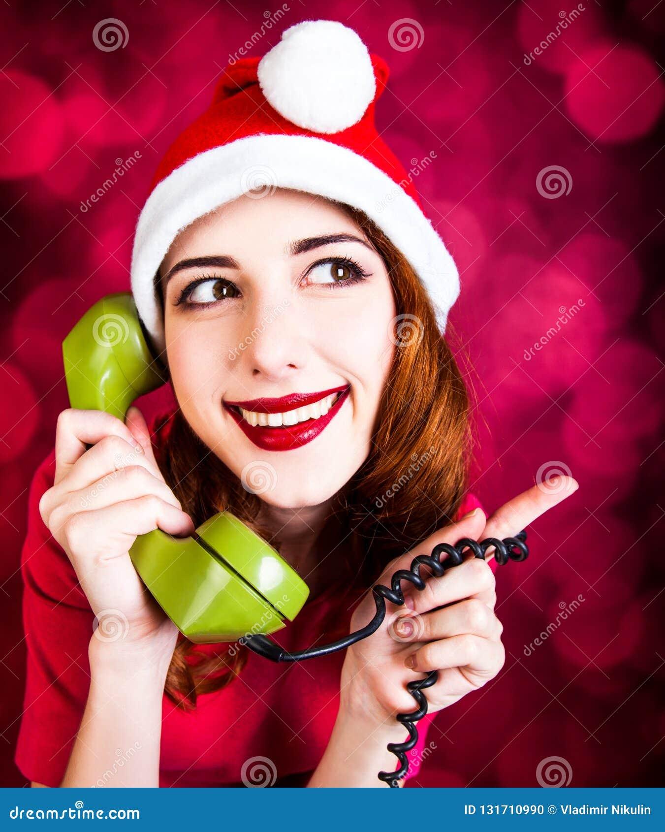 Donna con il microtelefono del telefono di quadrante