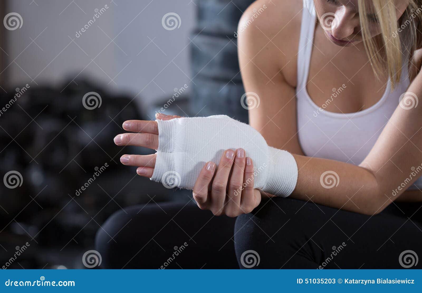 Donna con il polso danneggiato