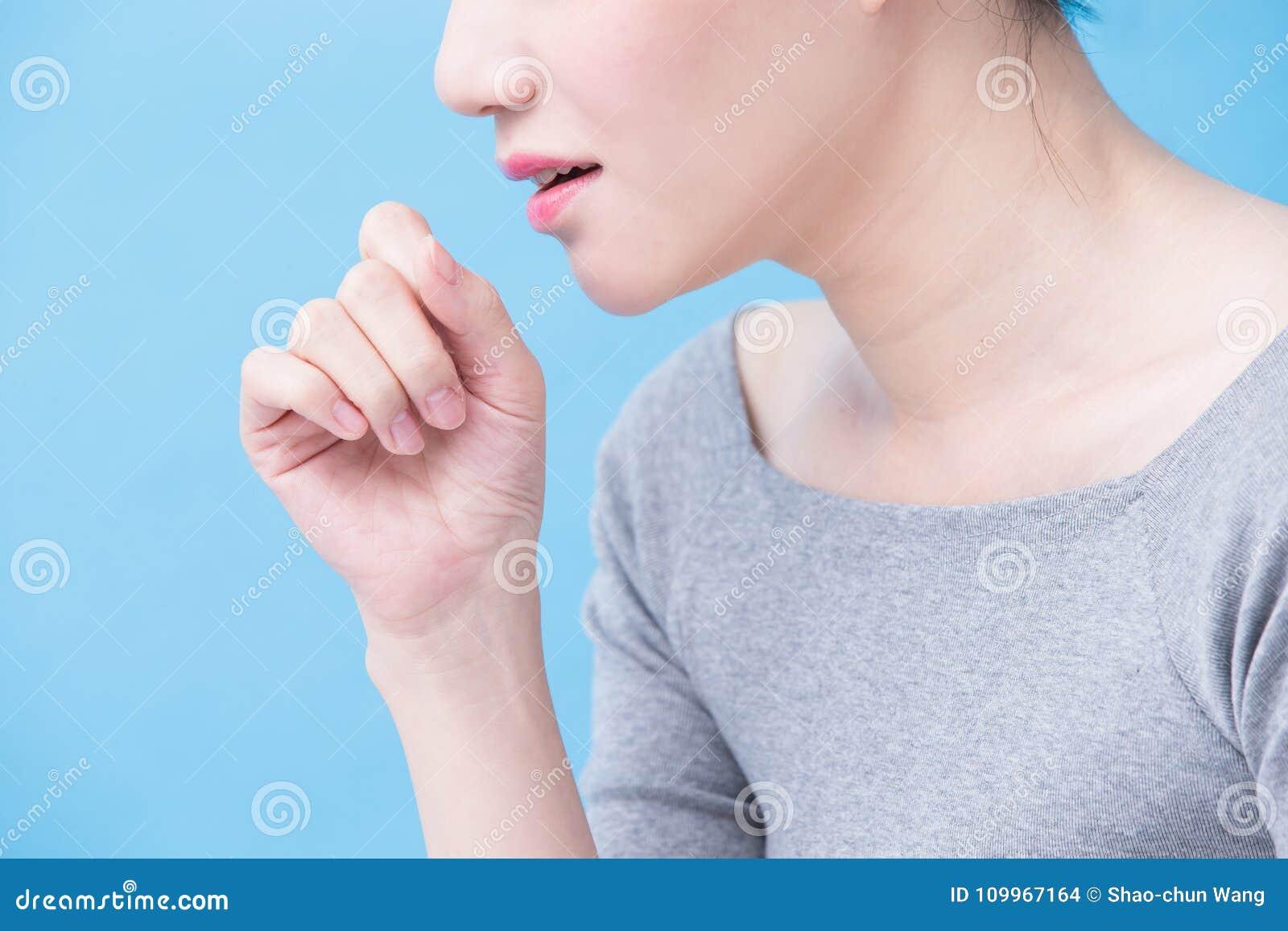 Donna con il problema di tubercolosi