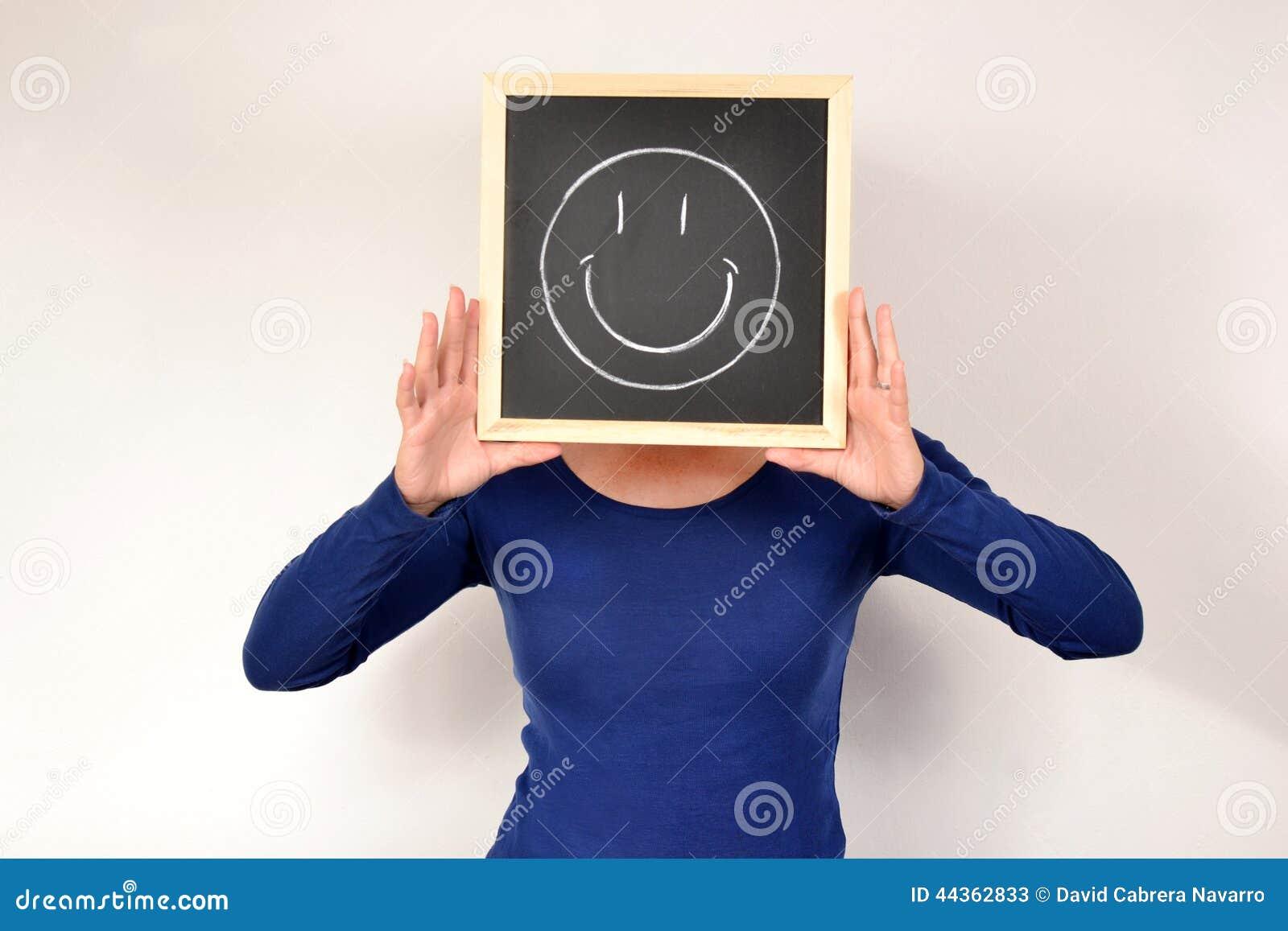 Donna con il sorriso in lavagna