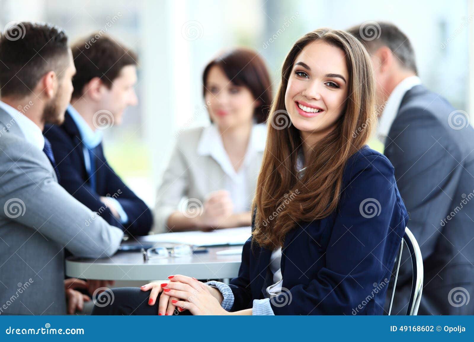 Donna con il suo personale, gruppo di affari della gente nel fondo