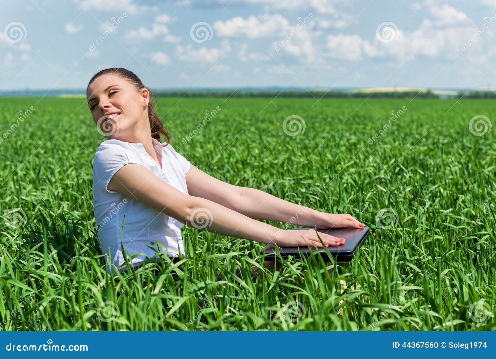 Donna con il taccuino nel campo verde