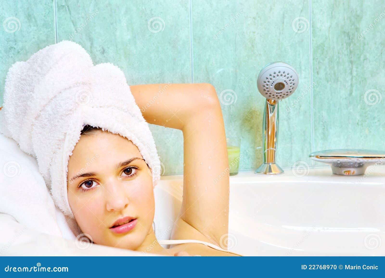 Donna con il tovagliolo sulla testa nella vasca da bagno fotografia stock immagine di salone - Foto nella vasca da bagno ...