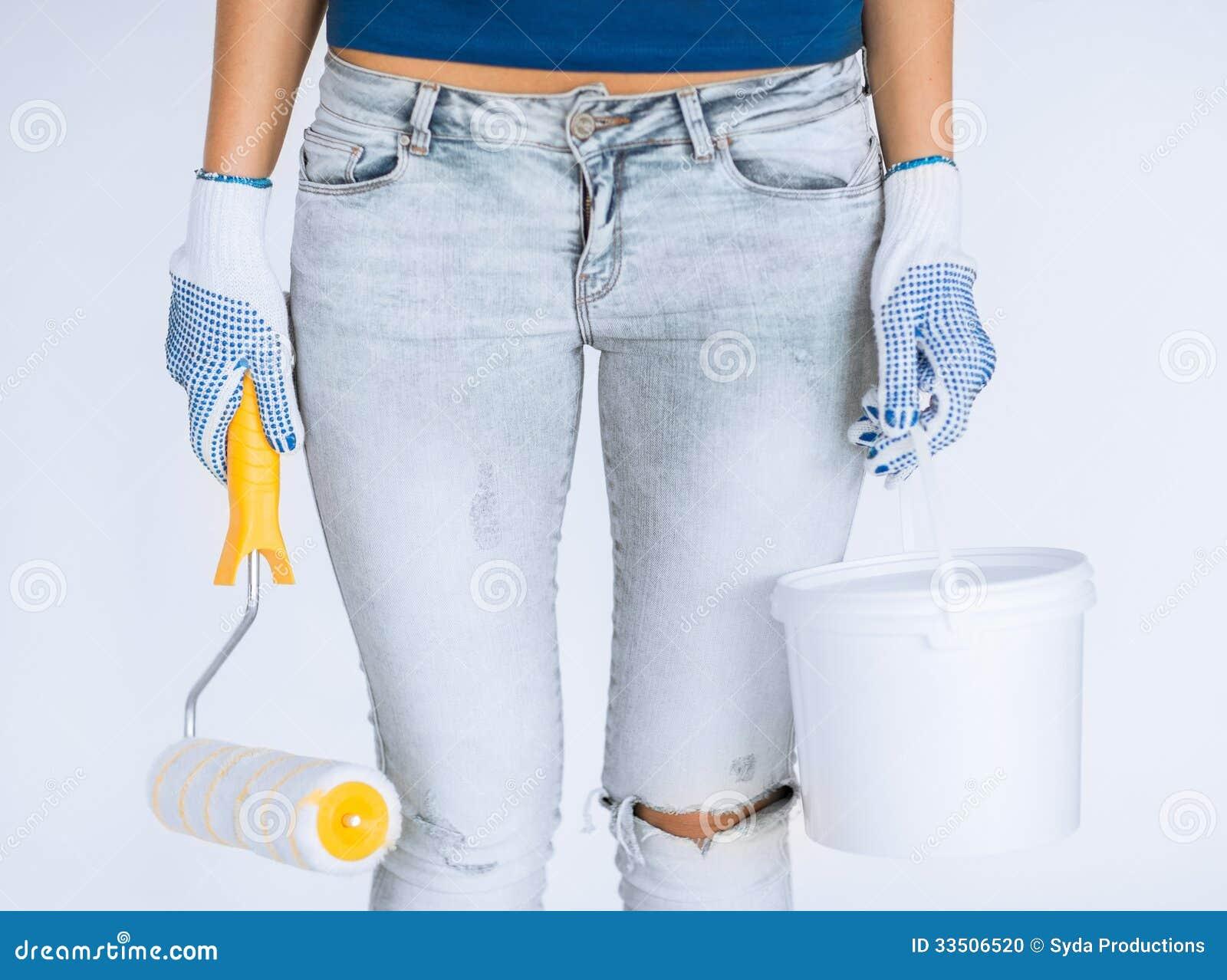 Donna con il vaso di pittura e del rullo