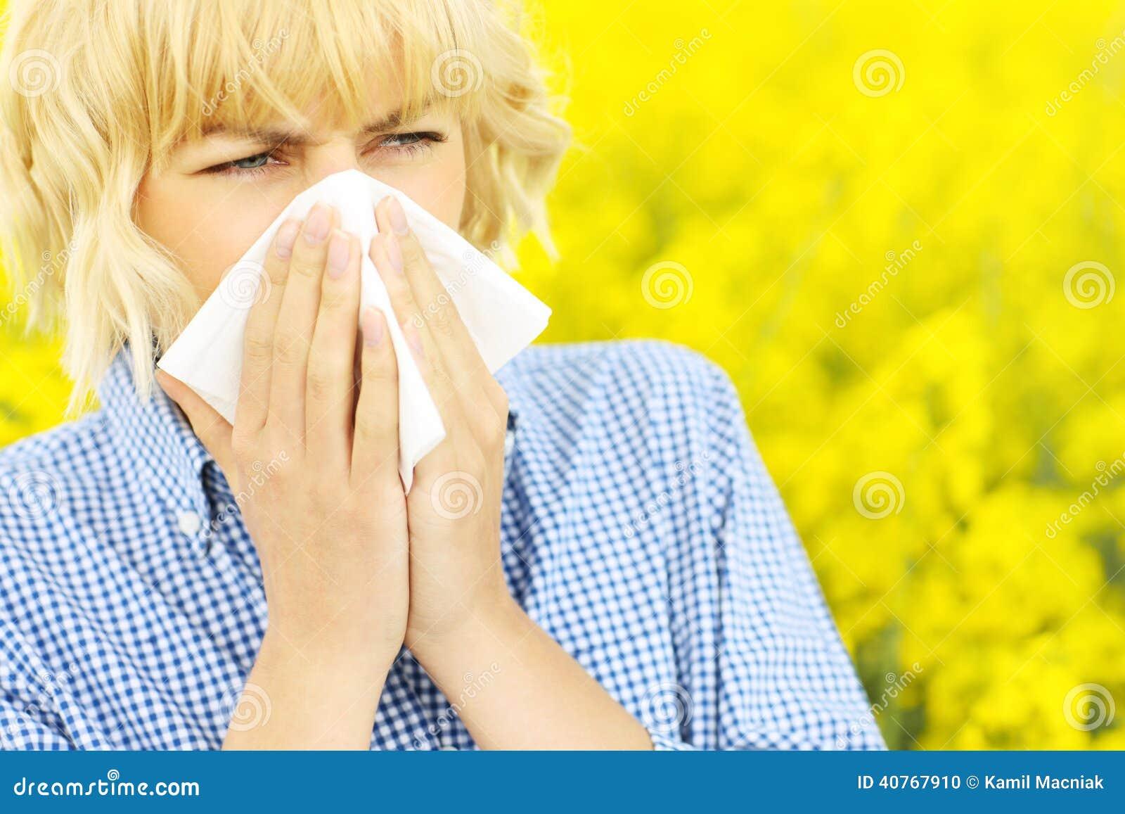 Donna con l allergia sopra i fiori