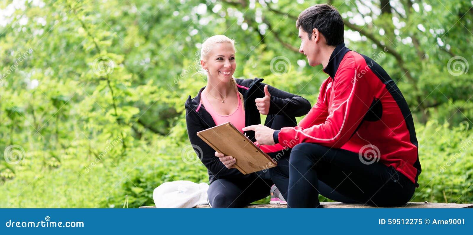 Donna con l istruttore personale alla valutazione corrente