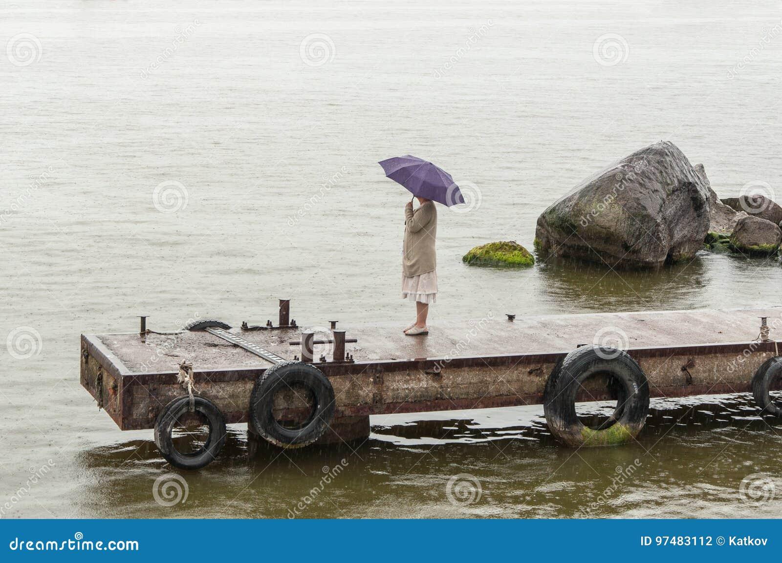 Donna con l ombrello nella pioggia