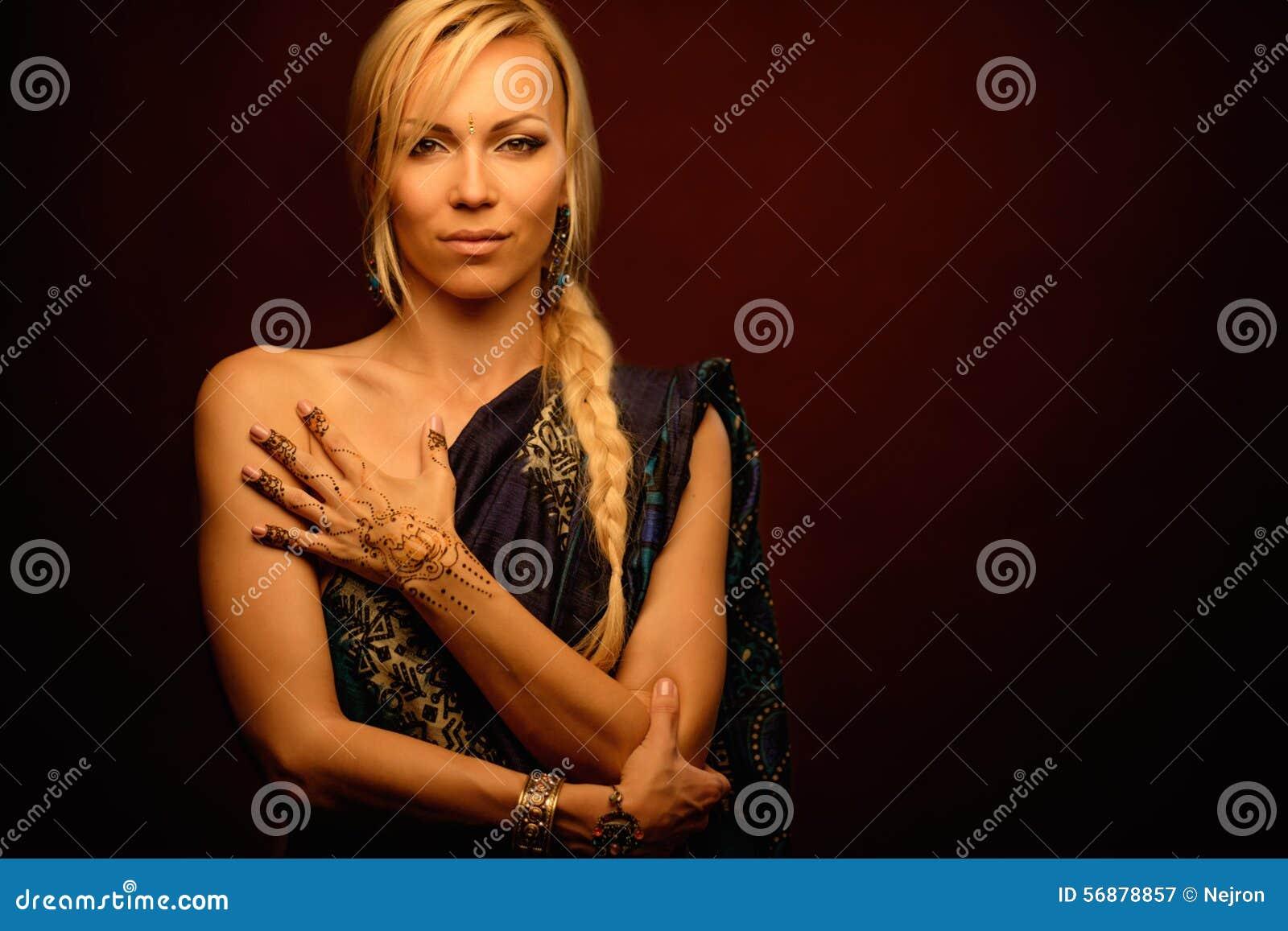 Donna con l ornamento tradizionale del hennè di mehndi