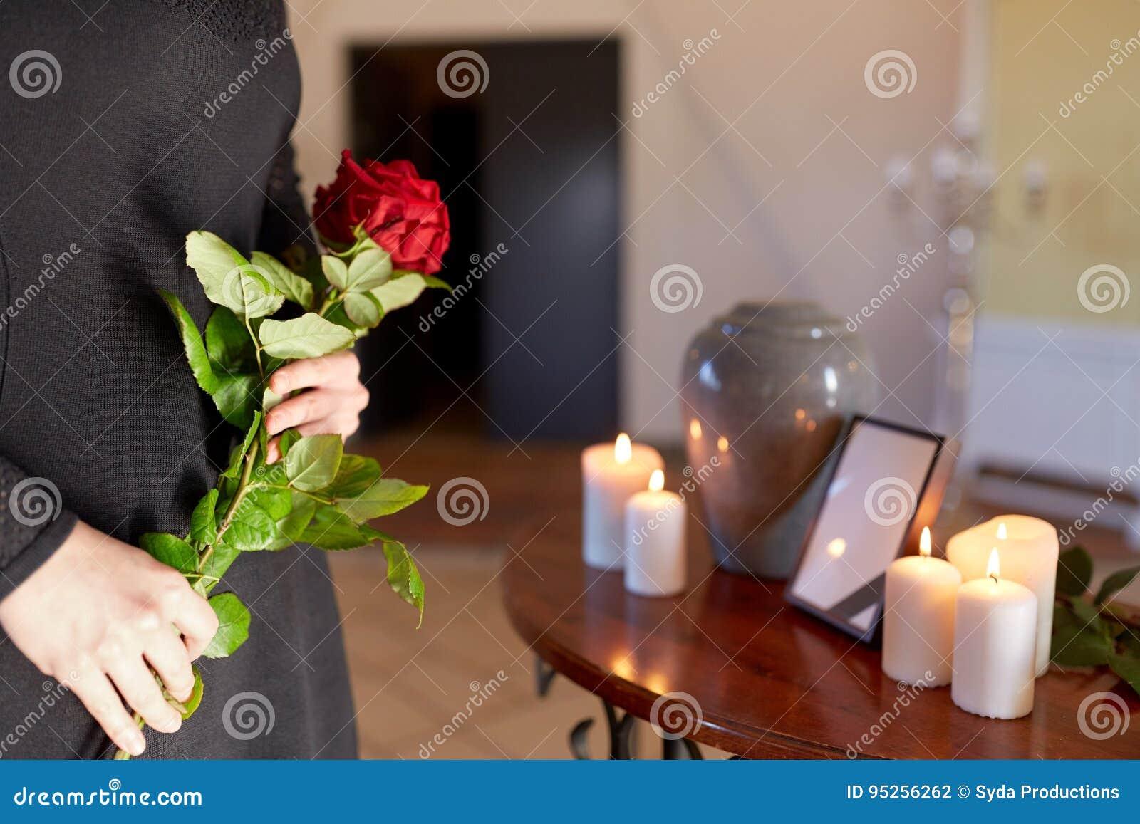 Donna con l urna di cremazione al funerale in chiesa