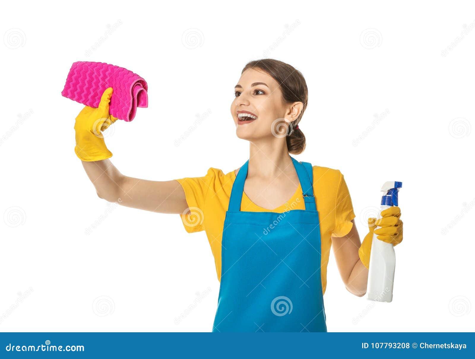 Donna con la bottiglia del detersivo e dello straccio