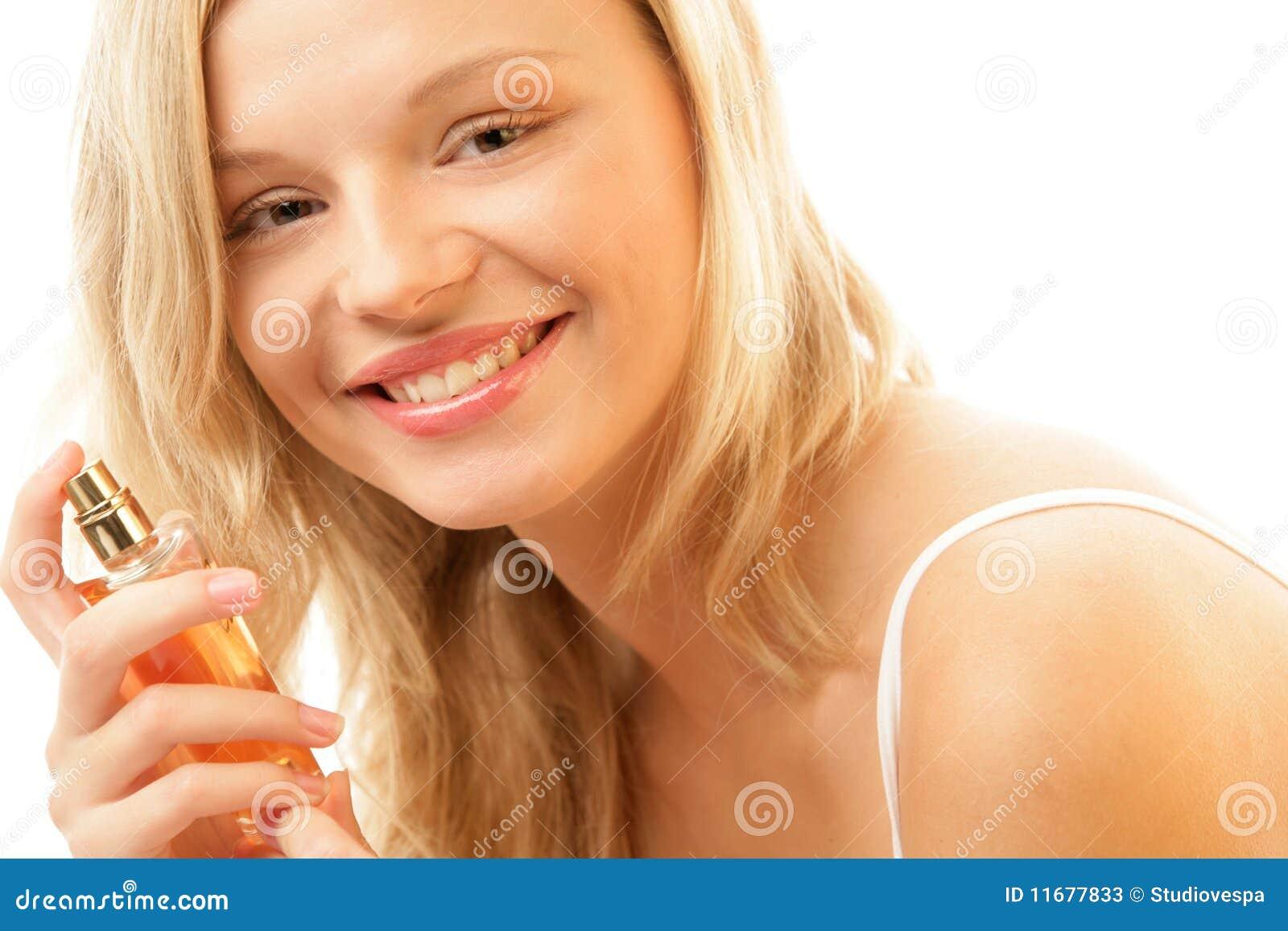 Donna con la bottiglia di profumo