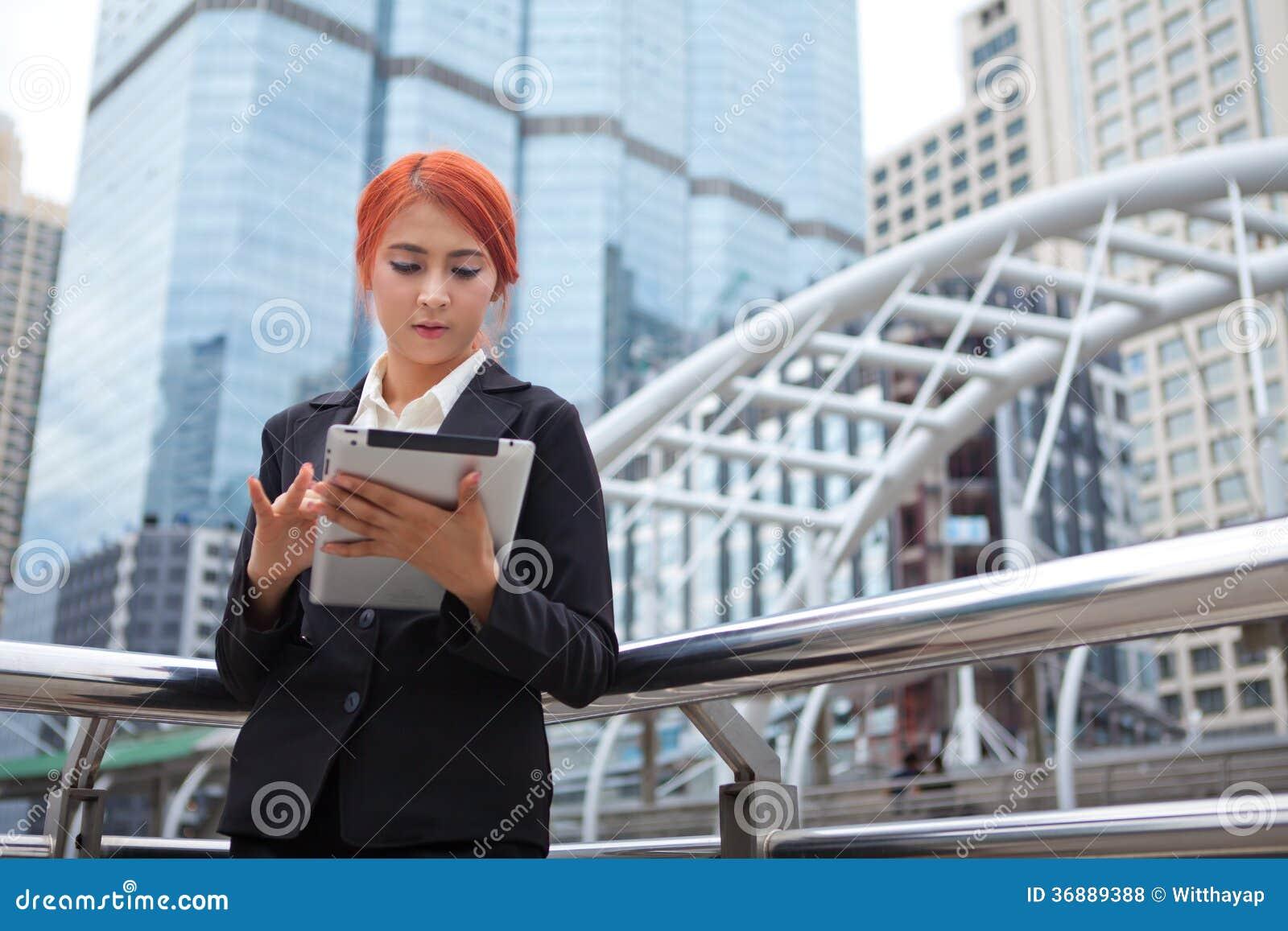 Download Donna Con La Compressa Alla Città Moderna Fotografia Stock - Immagine di donna, tablet: 36889388