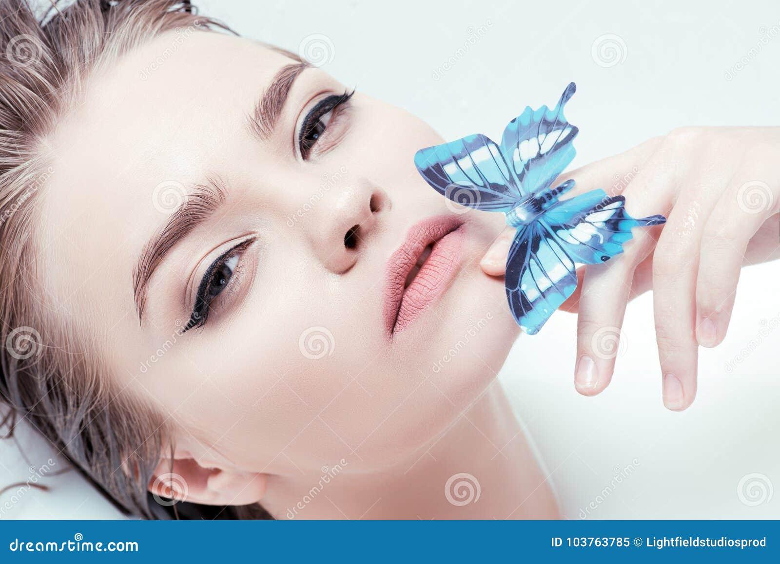 Donna con la farfalla blu