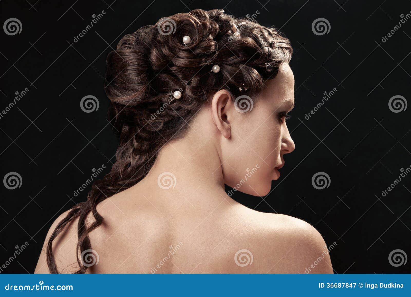 Donna con la pettinatura della treccia