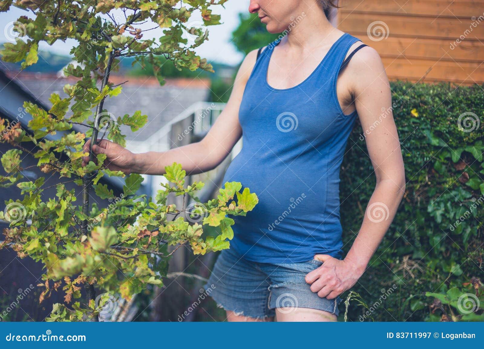 Donna con la quercia in giardino
