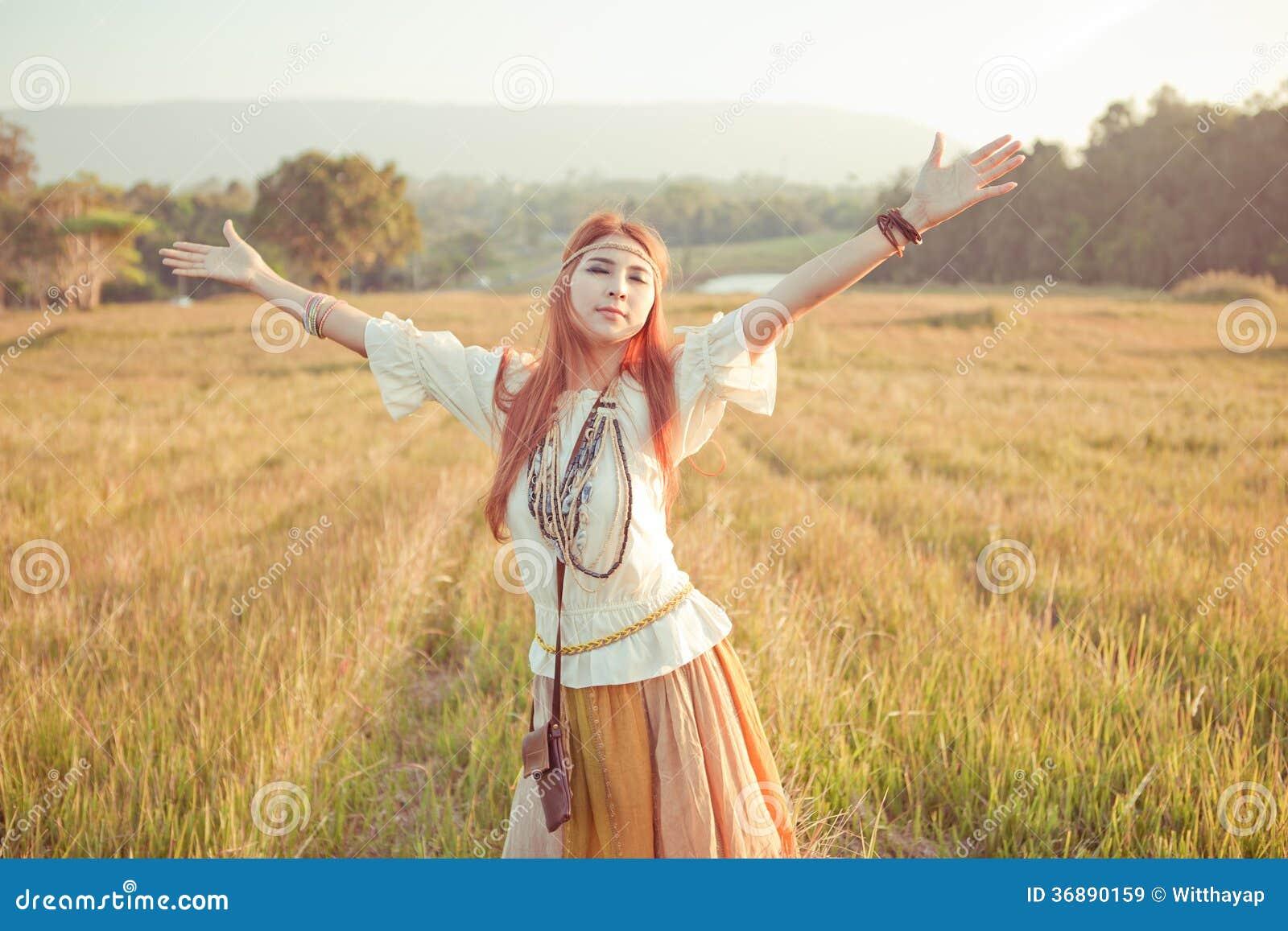 Download Donna con le armi stese immagine stock. Immagine di esterno - 36890159