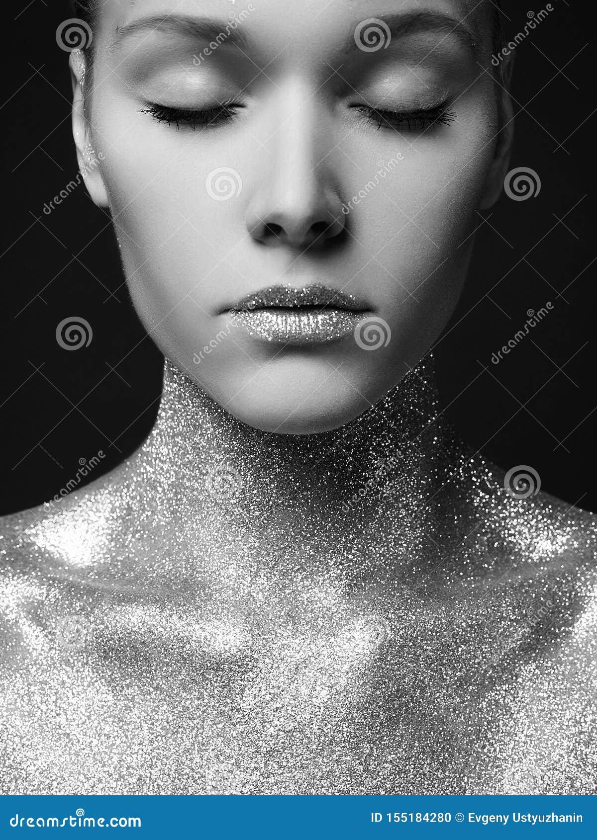 Donna con le scintille Ragazza d argento delle labbra di Art Make-Up
