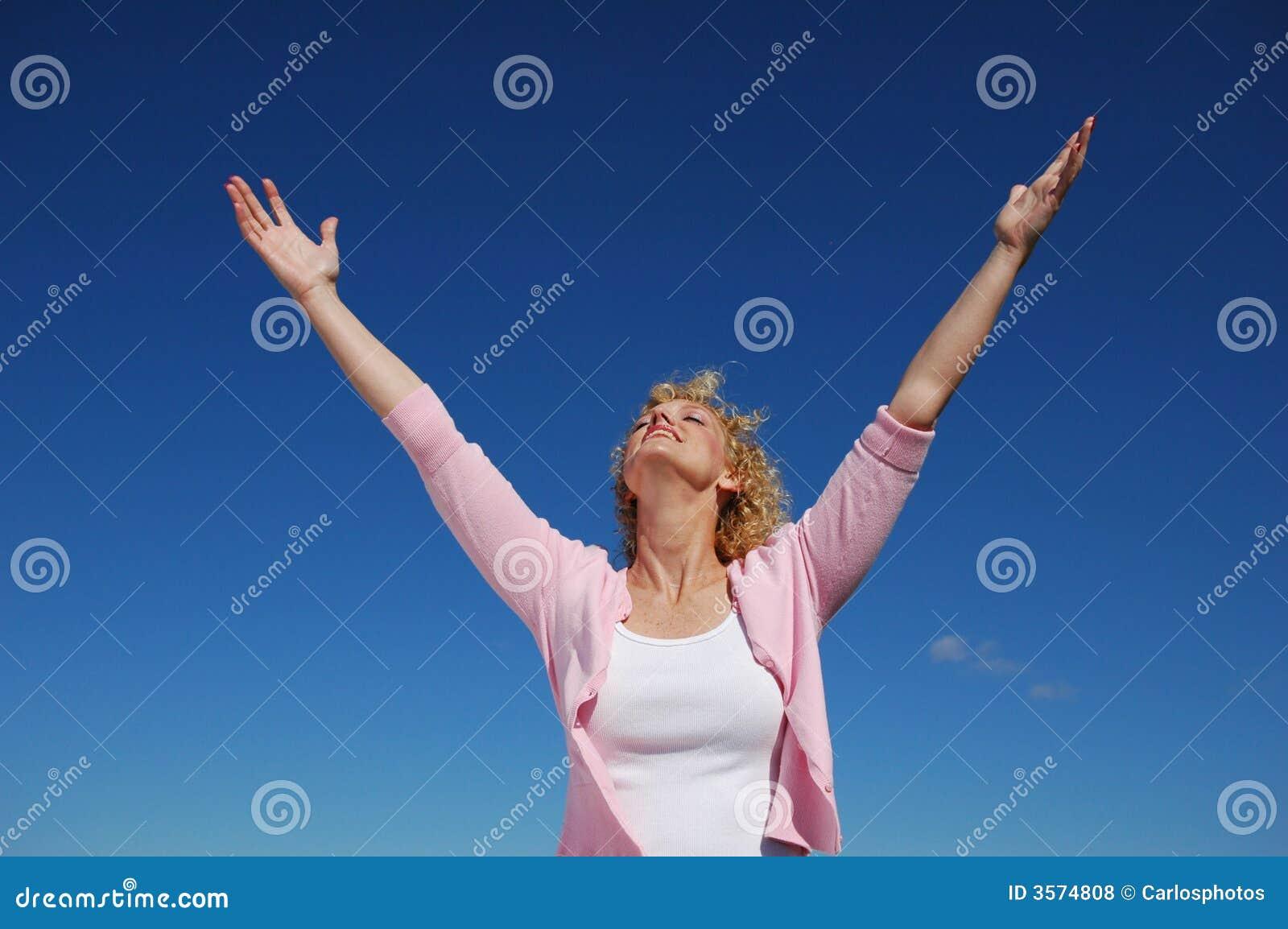 Donna con le sue braccia spalancate