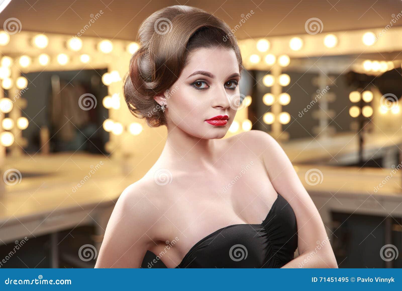 Donna Con Stile Di Capelli Elegante In Vestito Da Sera ...