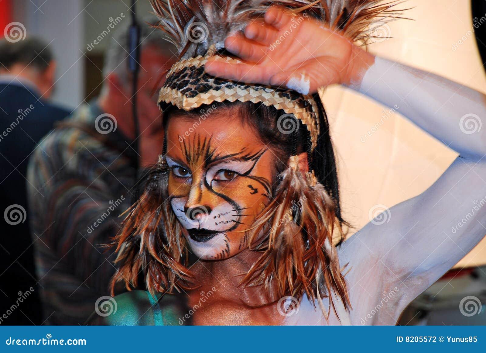 Donna con trucco del leone fotografia editoriale. Immagine ...