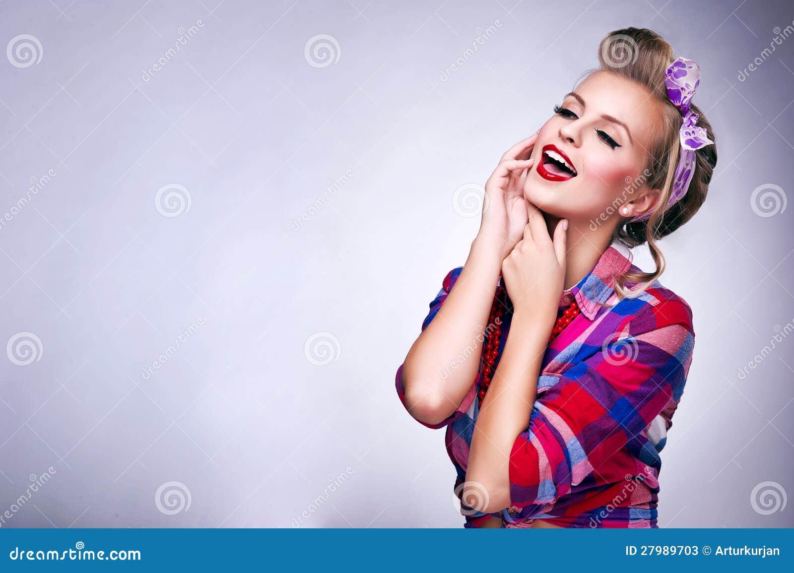 donna con trucco di pin up e la posa dell acconciatura