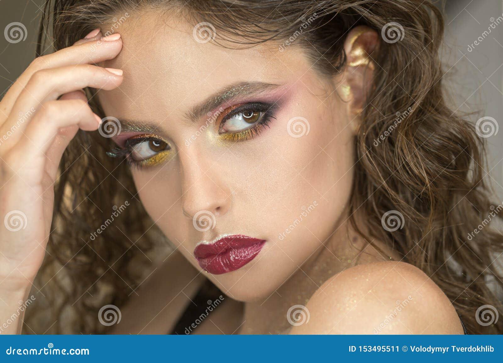 Donna con trucco luminoso e le labbra porpora, bellezza Donna con il giovane fronte della pelle, skincare Modello di bellezza con