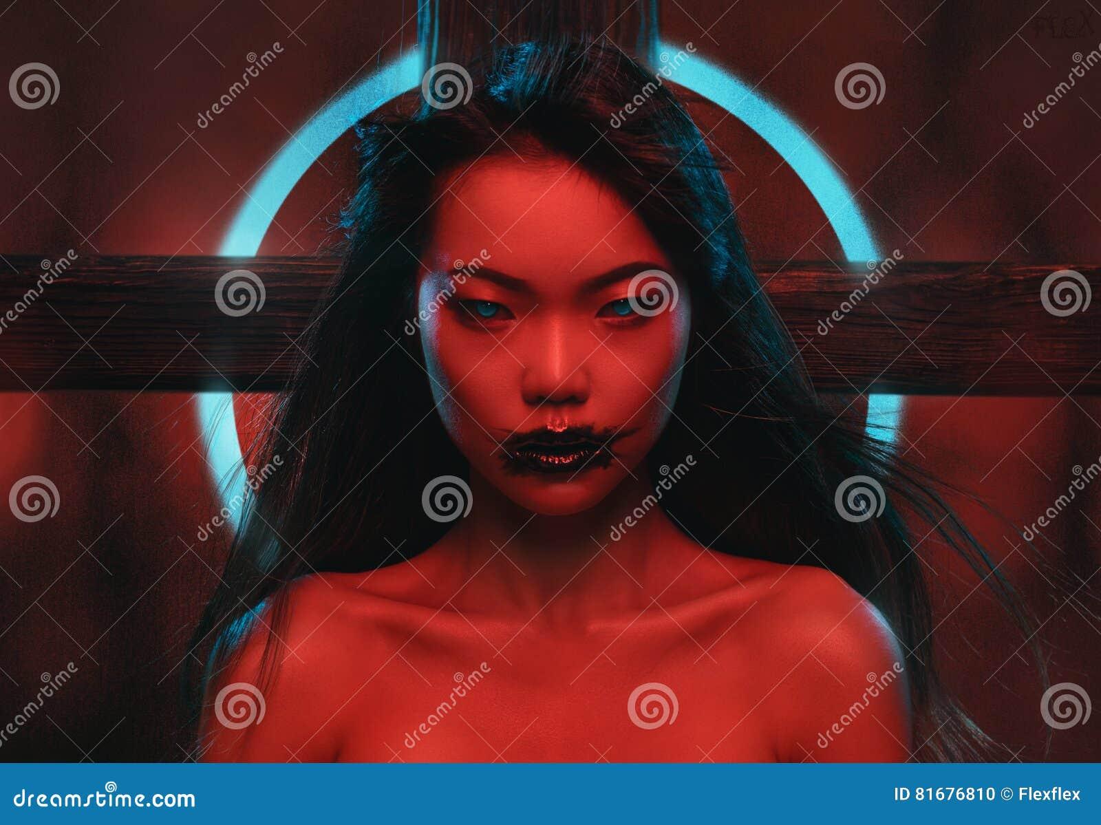 Donna con trucco scuro espressivo