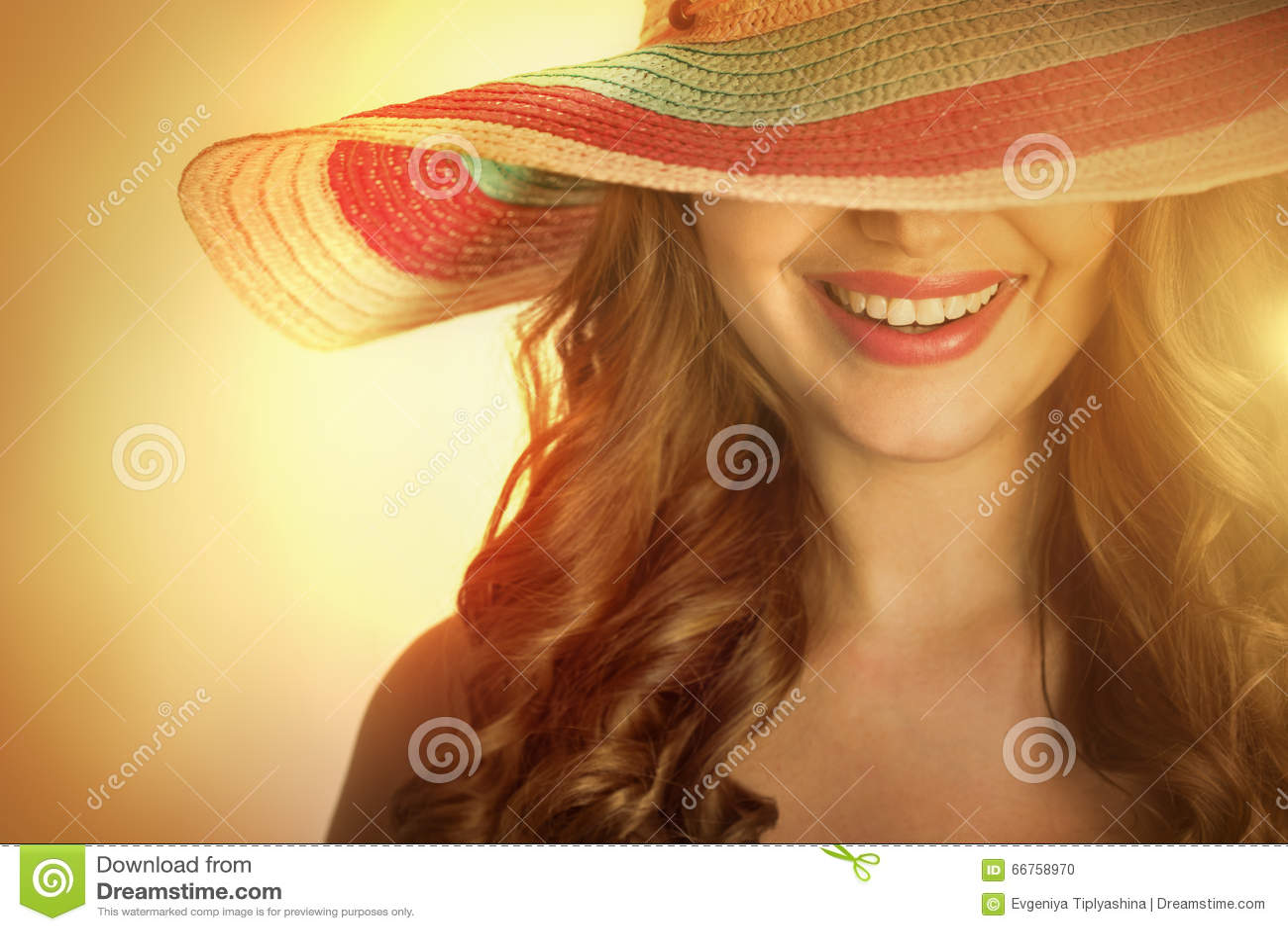 Donna con un cappello di estate calda