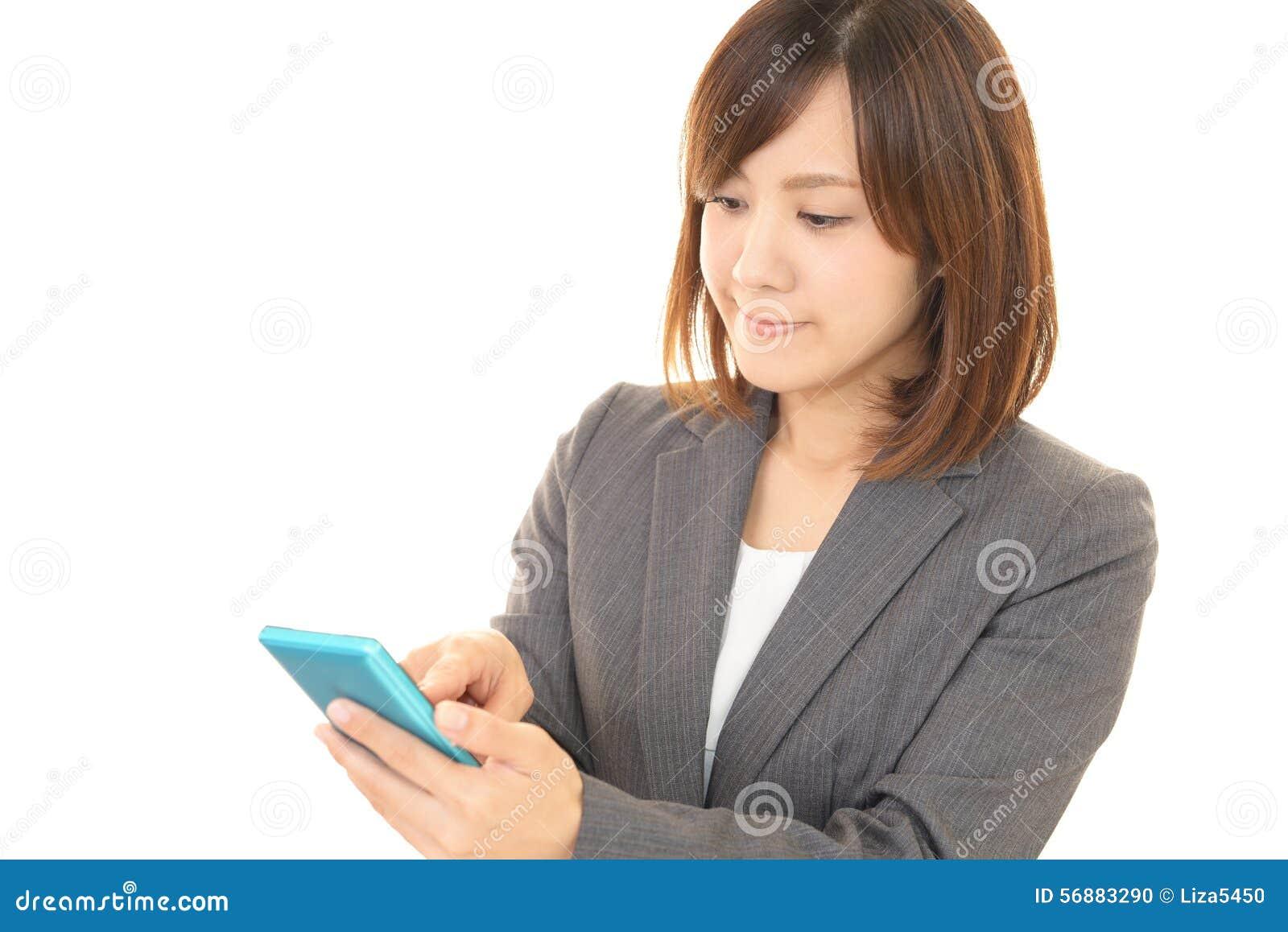 Donna con un phone  astuto