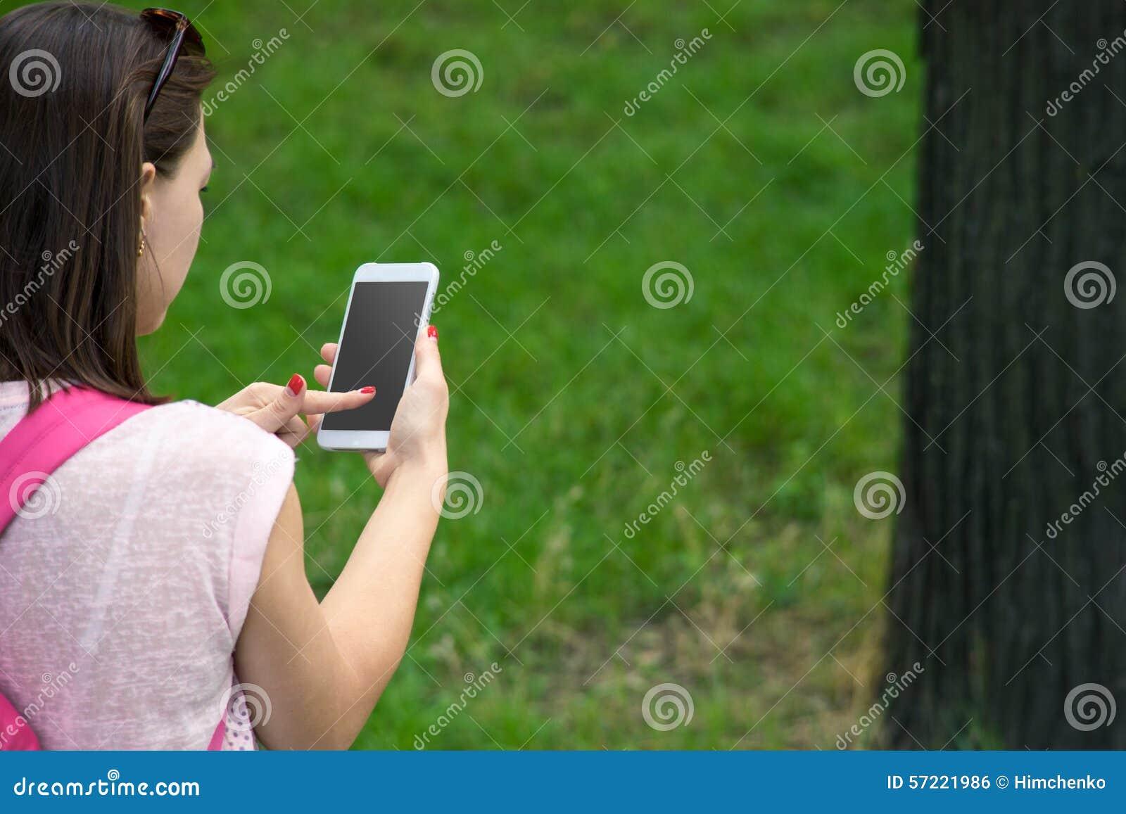 Donna con un telefono in sua mano