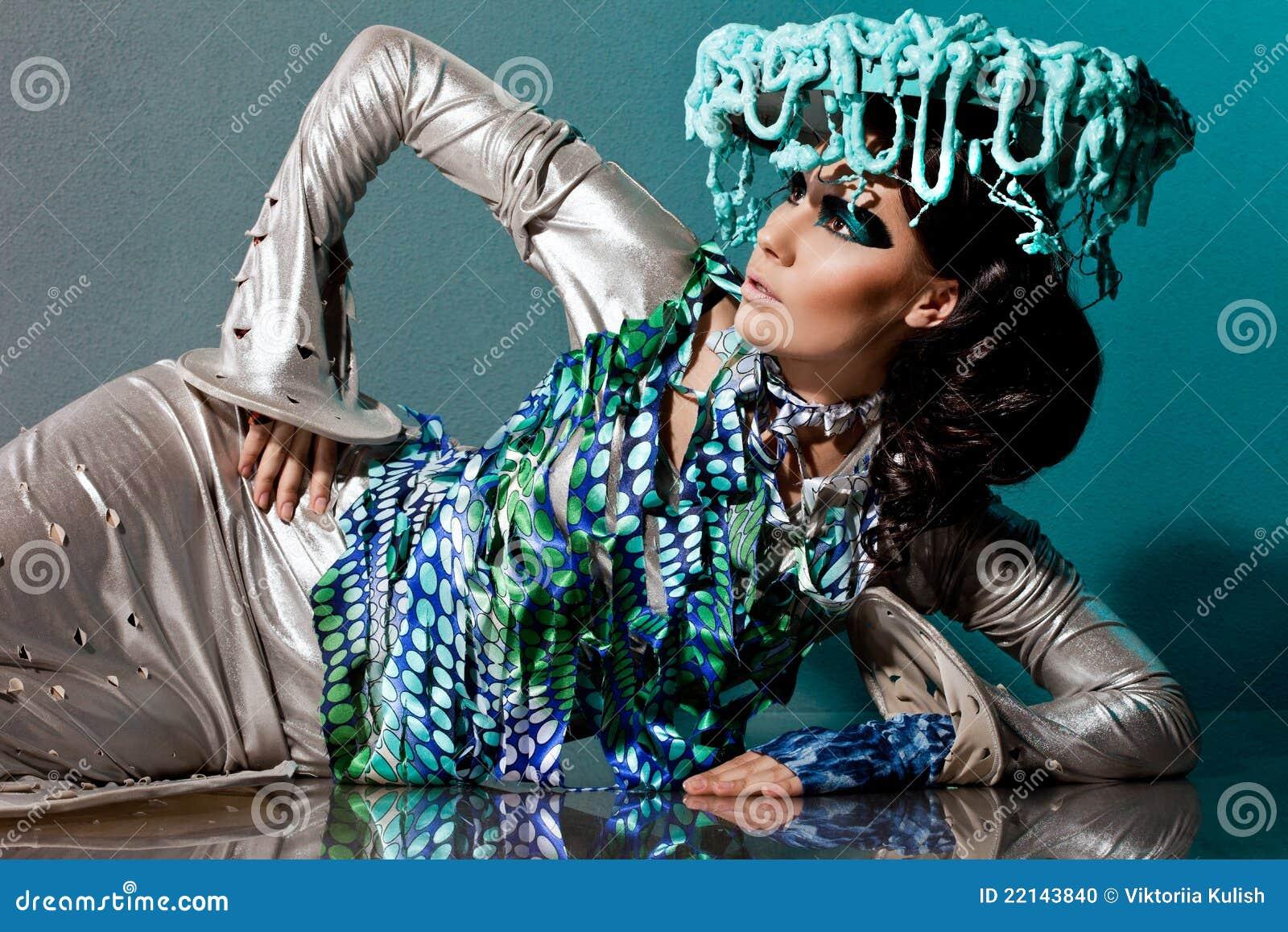 Donna Con Volto Ed Il Cappello Di Arte Fotografia Stock - Immagine: 22143840