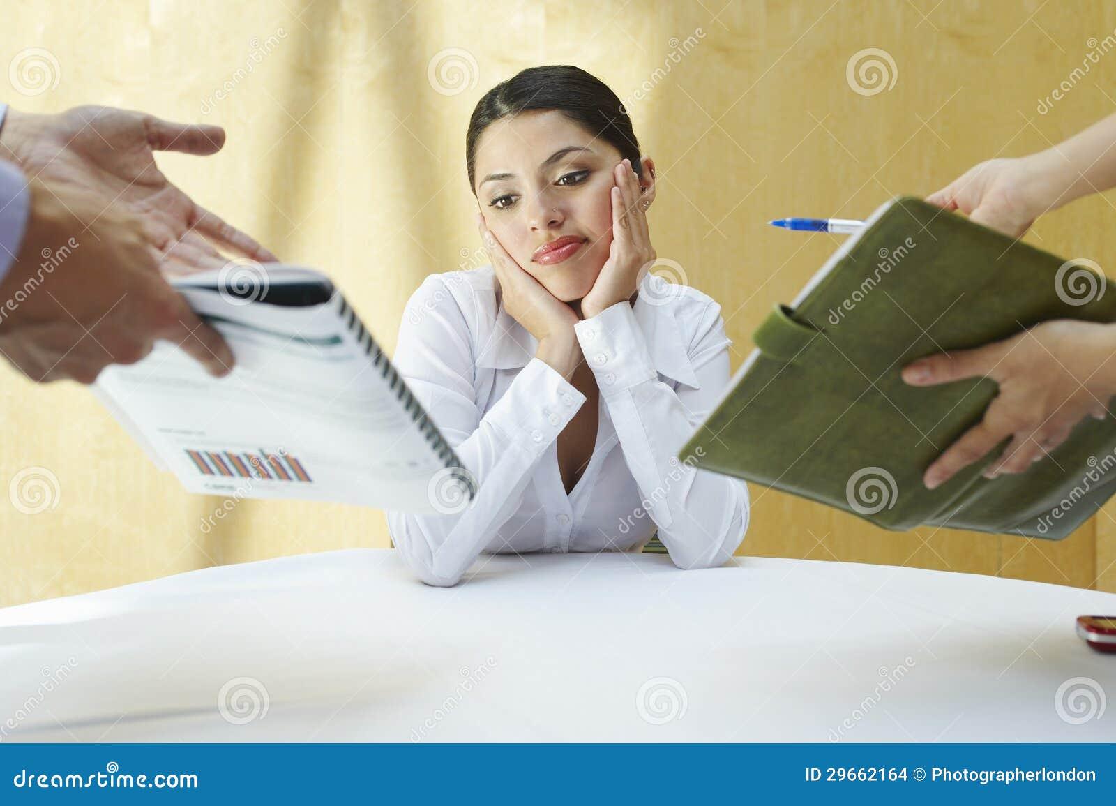 Donna confusa di affari con i colleghi
