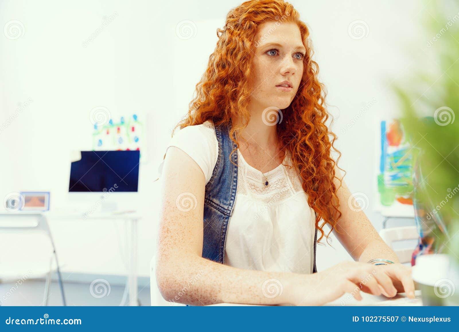 Donna creativa di affari in ufficio