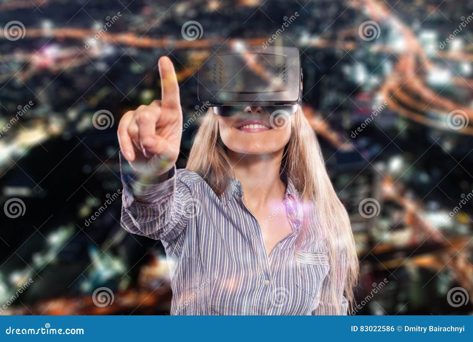 Donna in cuffia avricolare di realtà virtuale