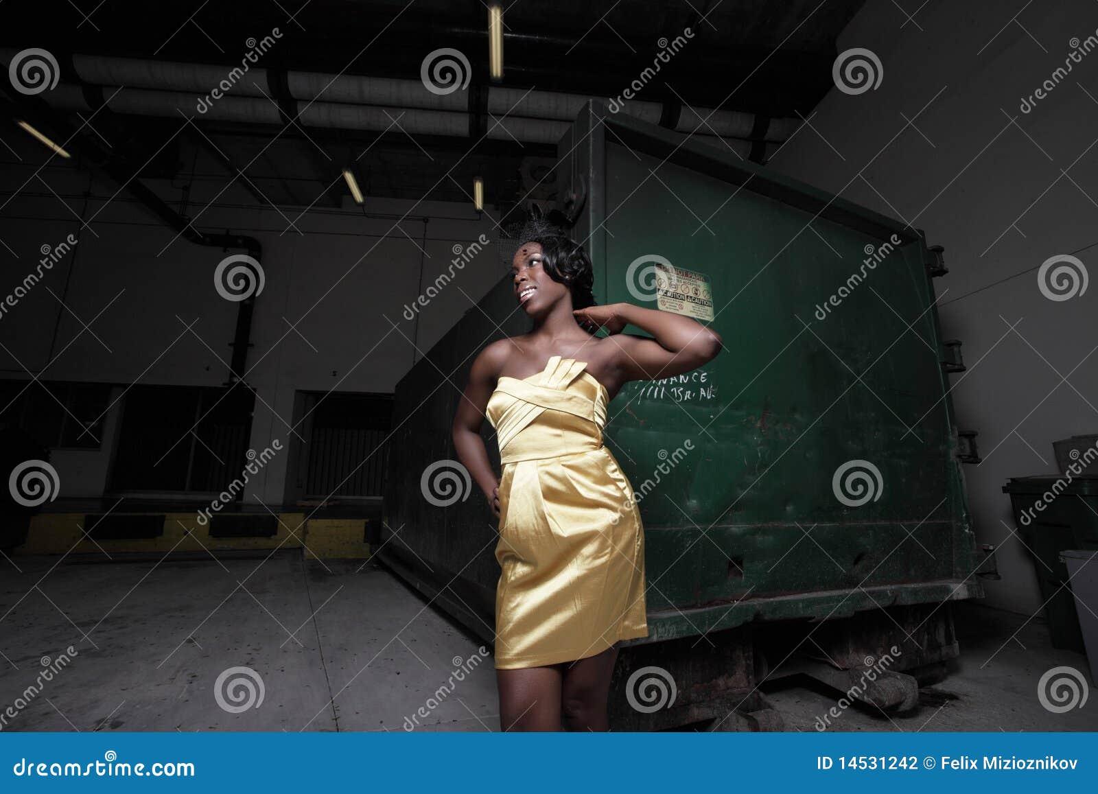 Donna da un bidone della spazzatura fotografia stock immagine di