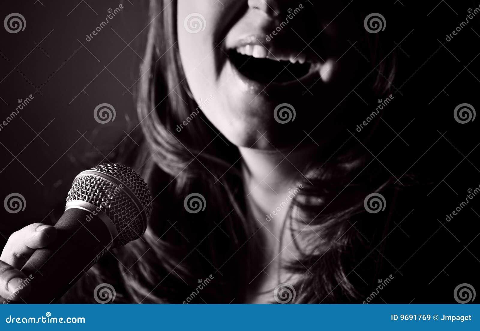 Donna dai capelli lunghi che canta gli azzurri