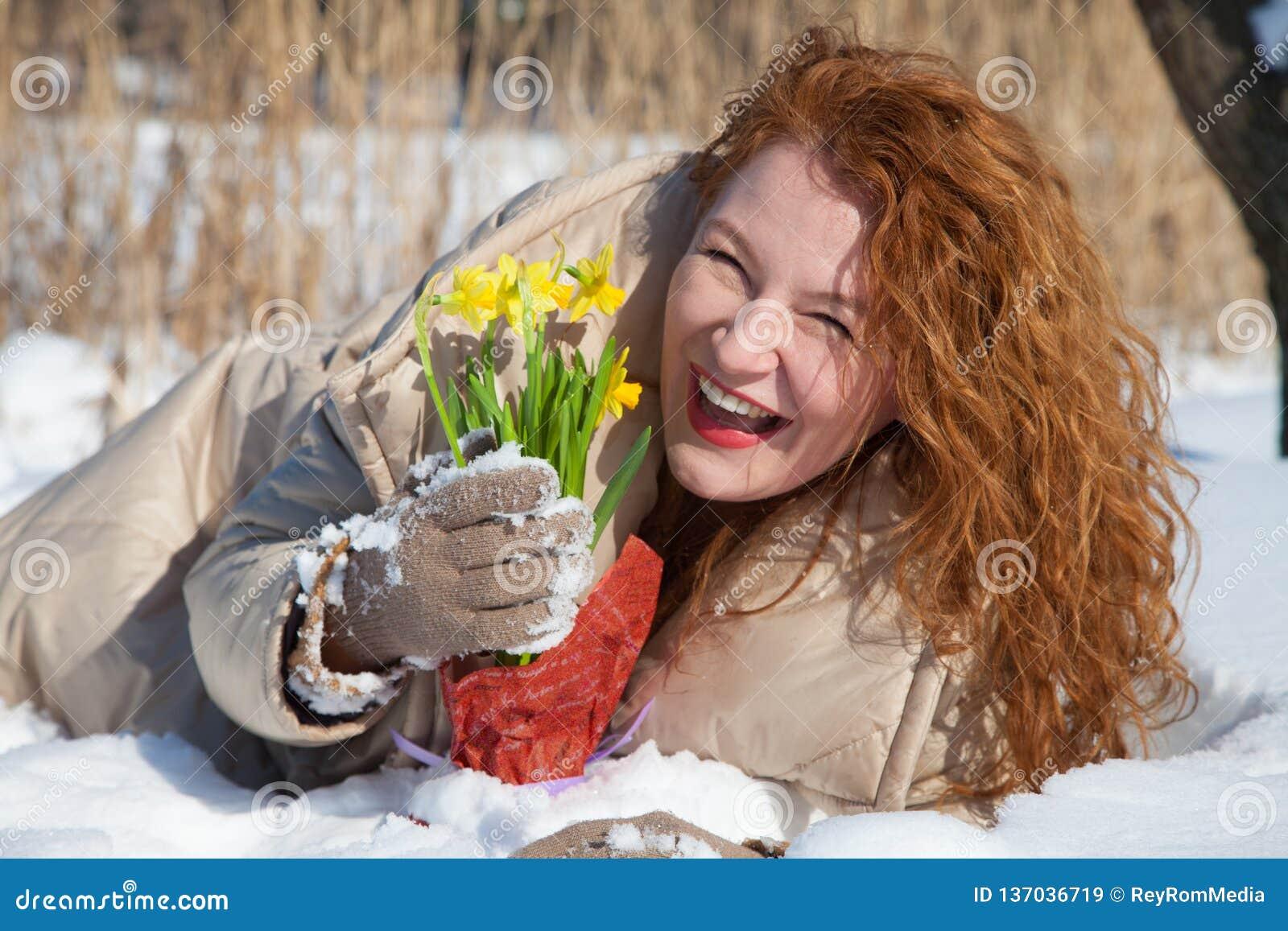 Donna Dai Capelli Rossi Ottimista Che Tiene I Narcissuses ...