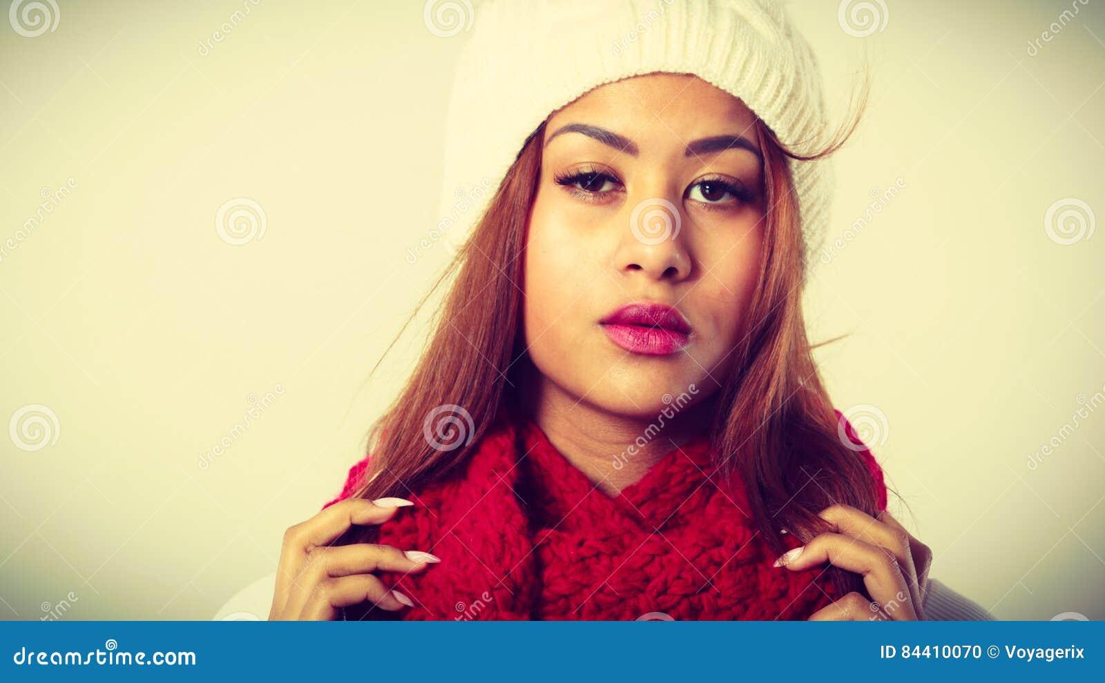 ee55b35a5269 Abbigliamento di inverno, concetto di modo Bella giovane donna del mulatto  che indossa il cappuccio bianco della sciarpa di lana rossa La ragazza  della ...