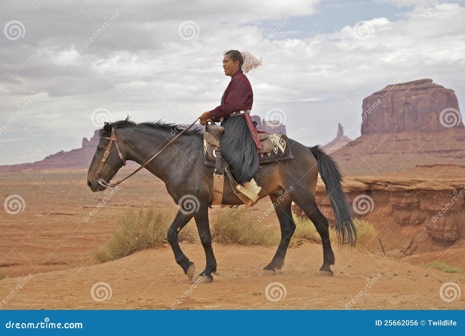 Donna del Navajo alla valle del monumento