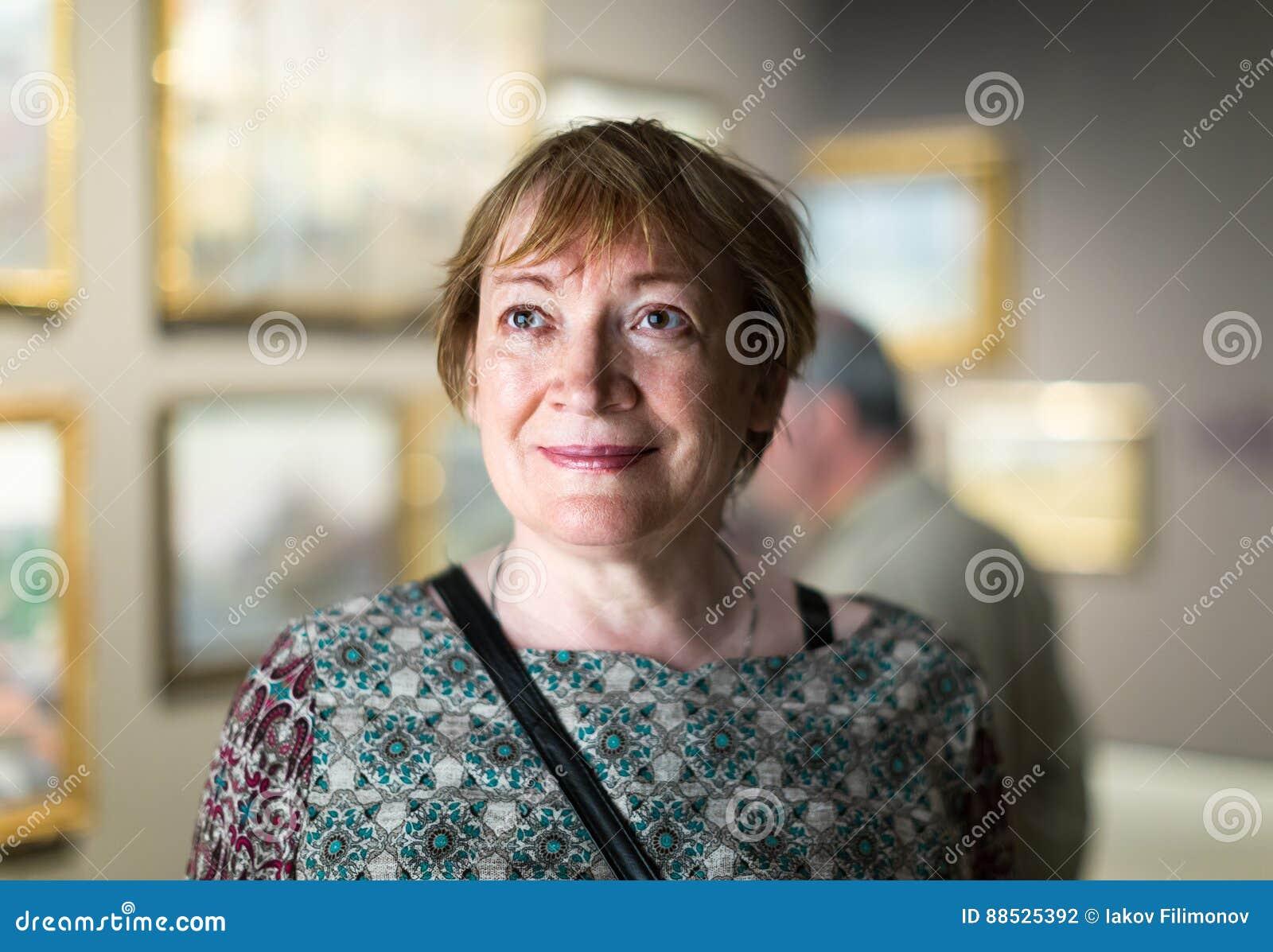 Donna del pensionato in museo di arte